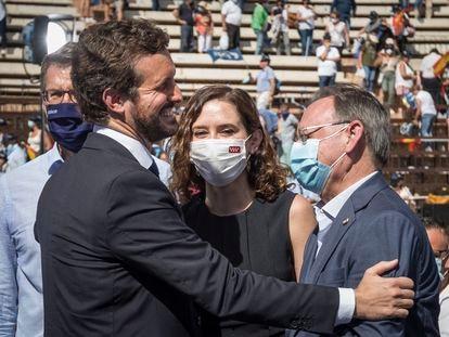 Pablo Casado junto a  Isabel Díaz Ayuso y el presidente de la Xunta de Galicia, Alberto Núñez Feijóo, en acto de clausura de la Convención Nacional del PP, este sábado en la Plaza de Toros de Valencia.