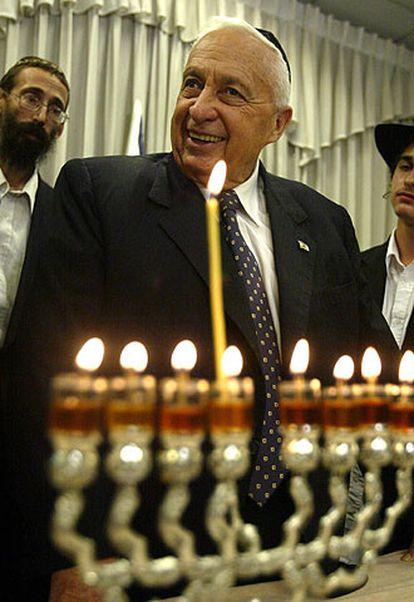 Ariel Sharon, en un acto religioso en Tel Aviv el martes.