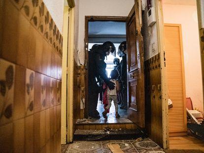 Los agentes desalojan a una de las hijas de Manuela y Jesús, el pasado miércoles.