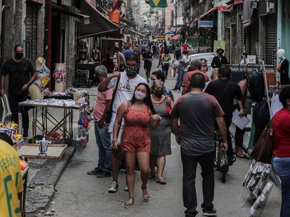 Decenas de personas en un centro comercial de Río de Janeiro.