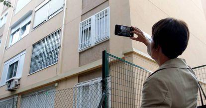 Paloma Villamor, de Tinsa, hace fotos del edificio donde está la vivienda que va a tasar.