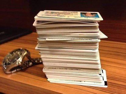 Imagen de un puñado de documentos de identidad robados a la venta en un canal de Telegram