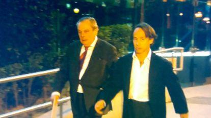 El empresario de la 'jet set' Adrián de la Joya, junto a su abogado a la salida de la Audiencia.