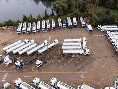 Camiones en un depósito en Fenstanton (Reino Unido), este sábado.