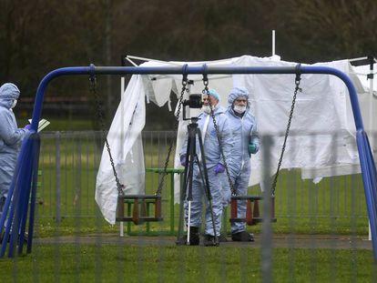 Un equipo de forenses el pasado sábado en el parque de Londres donde murió acuchillada Jodie Chesney, de 17 años