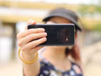 Una joven se hace un 'selfie'.