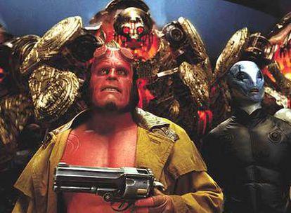 Hellboy y Abe (derecha), preparados para la batalla en <i>Hellboy II: el ejército dorado.</i> A la derecha, dos viñetas con Hellboy de crío dibujadas por Mignola.