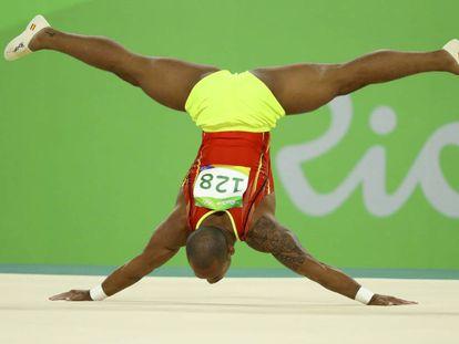 Ray realiza su ejercicio de suelo.