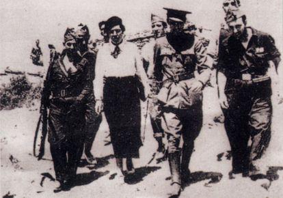 Victoria Kent con militares republicanos en el frente de Somosierra durante el verano de 1936.