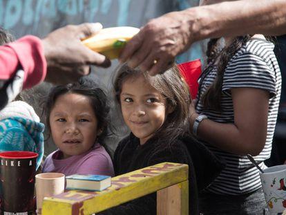 Migrantes entre fogones a la espera de un visado