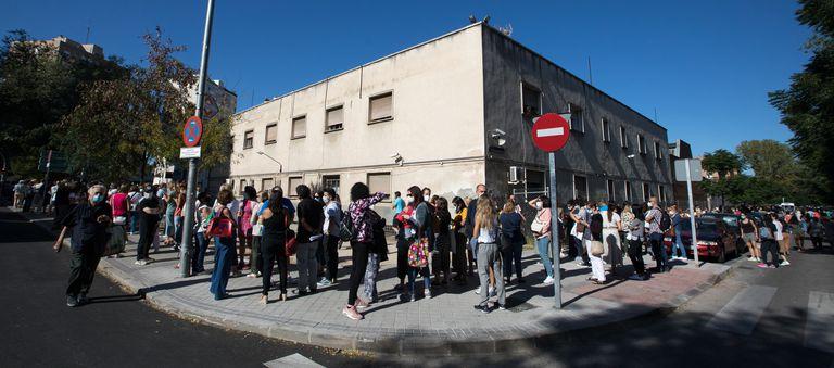 Decenas de profesores hacían cola para someterse a las pruebas serológicas la semana pasada en el instituto Virgen de la Paloma de Madrid.