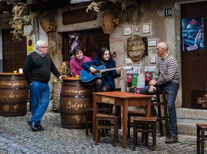 Trinidad Rivas, cantautora en lengua a fala, con unos amigos en su localidad, San Martín de Trevejo (Cáceres)