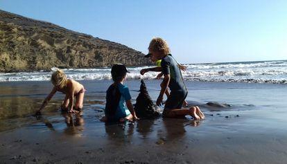 Tres niños juegan con la arena, una actividad con gran potencial educativo, según el pedagogo Gabriel Groiss.