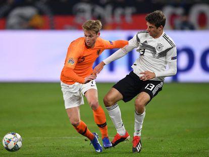 De Jong protege el balón ante Müller, en el Alemania-Holanda.