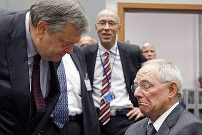 El ministro de Finanzas de Grecia, Evangelos Venizelos, conversa con su homólogo alemán, Wolfgang Schäuble.
