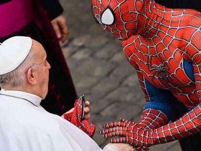 Un hombre con un disfraz del personaje Spider-Man, que actúa en hospitales para niños enfermos, entrega una máscara al papa Francisco al final de la audiencia general semanal, en el Vaticano.