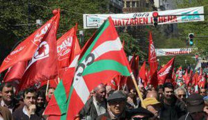 Un momento de la manifestación en Bilbao de CCOO y UGT.