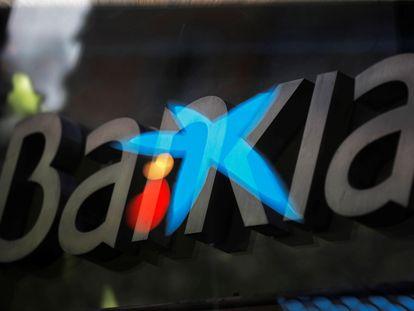 Los logotipos de las entidades bancarias Bankia y CaixaBank.
