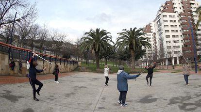 Unas mujeres realizan taichi en el parque de Amezola en la capital vizcaína, el pasado febrero.