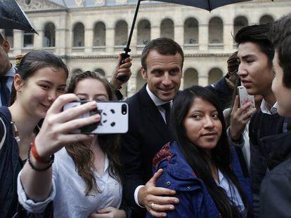 El presidente de Francia, Emmanuel Macron, se fotografía con varios jóvenes.