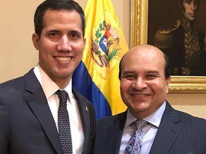 El periodista Roland Carreño (a la derecha), junto al líder venezolano Juan Guaidó.