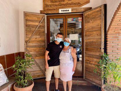 Ana Mateos y Juan Ocaña, en la tienda de la quesería Crestellinas.
