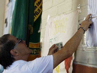 Un hombre revisa su puesto de votación durante las elecciones legislativas, en Medellín (Colombia), el 11 de marzo de 2018.