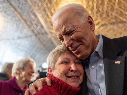 Joe BIden, con una votante en Iowa.