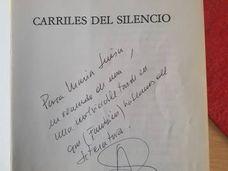 Ejemplar firmado de 'Carriles de silencio'.