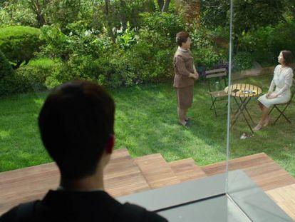 Fotograma de 'Parásitos', de Bong Joon-ho, en el que el hijo de la familia pobre observa a una criada y a la dueña de la casa.