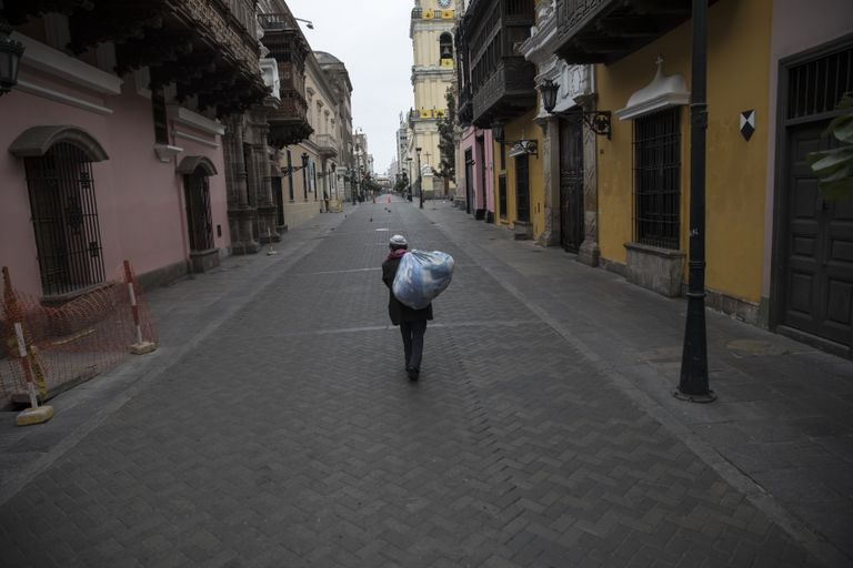 Un hombre camina el domingo pasado por una calle del centro histórico de Lima.