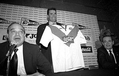 La presentación de Míchel con el Celaya de México, en 1996.