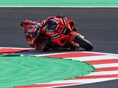 Pecco Bagnaia, con la Ducati, en los entrenamientos de este fin de semana en el GP de San Marino.