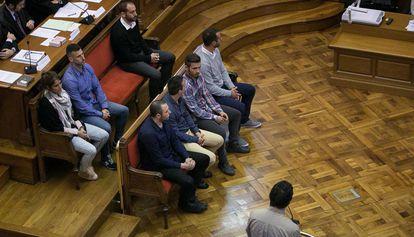 Los ocho 'mossos' condenados por el 'caso Raval', durante el juicio en la Audiencia de Barcelona.