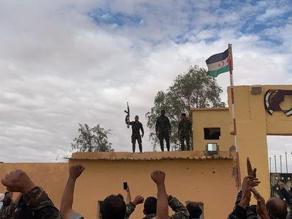 Simpatizantes del Frente Polisario responden a una arenga en uno de los campos de refugiados saharauis en Rabuni, Argelia.
