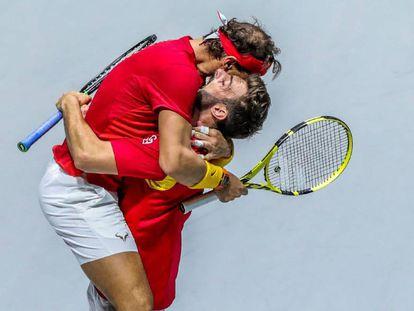 Nadal y Granollers celebran la victoria en el partido de dobles contra Argentina.
