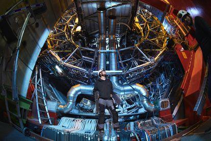 Un operario en el experimento ALICE del CERN (Ginebra).