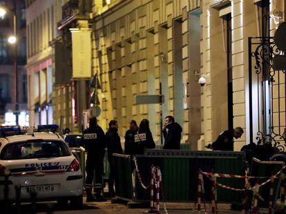 Agentes de policía en la calle Cambon, en la entrada trasera del hotel Ritz en París.
