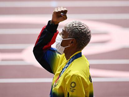 Yulimar Rojas levanta el puño en el podio de Tokio.