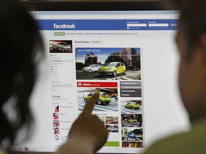 Una pareja consulta la red social Facebook.