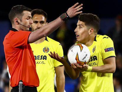 Caseres protesta al árbitro una decisión.