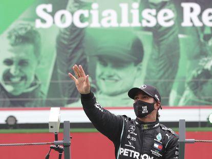 Hamilton celebra el triunfo en Portugal con una imagen al fondo de Schumacher.