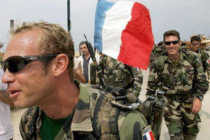 El primer grupo de soldados franceses llega a Naquora para apoya a la Fuerza Provisional de las Naciones Unidas en Líbano.