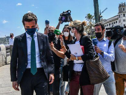 El líder del PP, Pablo Casado, evita a la prensa durante la visita a Ceuta, este jueves.