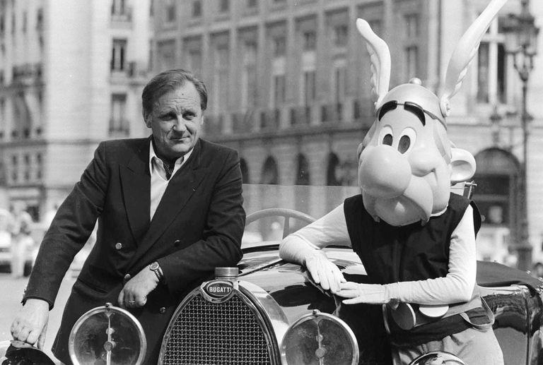 Albert Uderzo posa junto a Astérix en París en 1985.