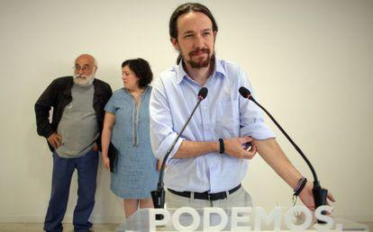 El secretario general de Podemos, Pablo Iglesias. Al fondo, Manuel Espinar y Estefanía Torres.
