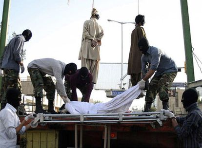 Mienbros de la Fuerza Especial de Policía iraní recogen el cadaver de uno de los tres supuestos autores del atentado que acabó con la vida de 30 personas el pasado jueves en una mezquita de Zahedan (sureste del país). Según la agencia oficial de noticias Irna, los tres ejecutados han sido juzgados y han confesado su culpabilidad.