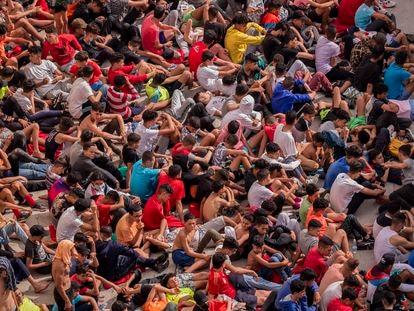 Decenas de menores llegados solos a Ceuta esperan para hacerse las pruebas de covid, este miércoles.