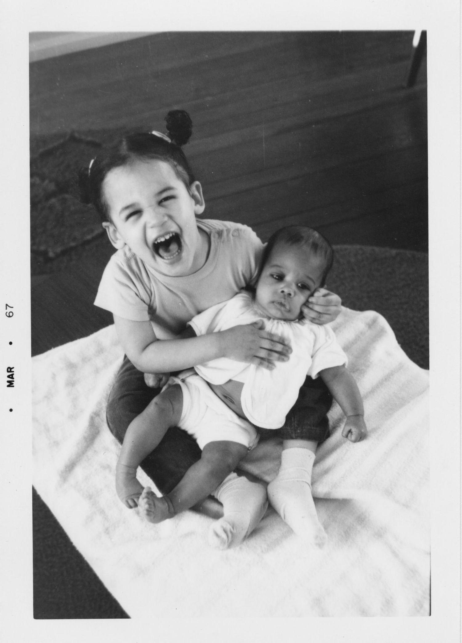 Kamala Harris y Maya, su hermana pequeña, en marzo de 1967