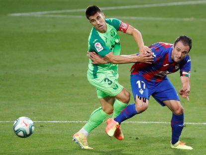 Bustinza (i) presiona a Kike García durante el Eibar-Leganés.